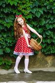 Ragazza con un cesto di ciliegie — Foto Stock