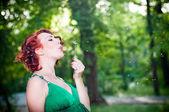 Jeune femme enceinte dans une robe verte — Photo
