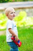 Andando no parque com um brinquedo de criança — Foto Stock