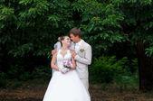 美丽的新娘和新郎笑着互相 — 图库照片