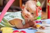 Kleine baby spelen met speelgoed thuis — Stockfoto
