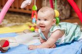 Lilla barnet leker med leksaker hemma — Stockfoto