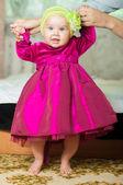 小さな女の子が自宅の美しいドレス — ストック写真