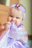 Petite fille dans une belle robe à la maison — Photo