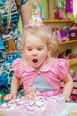 Little girl with her mother with a birthday cake on birthday party — Stock Photo