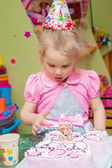 Little girl with birthday cake on birthday party — Foto Stock