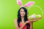 Beautiful girl with a basket of Easter eggs — Foto Stock