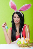Beautiful girl with a basket of Easter eggs — Zdjęcie stockowe