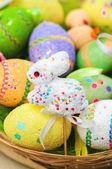 пасхальный кролик игрушка с цветными яйцами — Стоковое фото