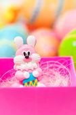Coelhinho da Páscoa com ovos coloridos — Fotografia Stock