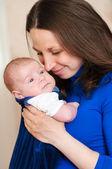 Lilla bebis i mammas famn — Stockfoto
