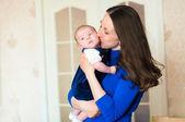 Petit bébé dans les bras de la mère — Photo