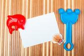 Ahşap kağıt kartı ve deniz kabuklarını oyuncak küreği — Stok fotoğraf