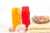 Láhev šamponu a ručník mušle — Stock fotografie