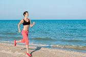 Junge schöne mädchen sportler beim sport am strand — Stockfoto