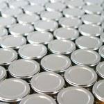 endlose Reihen von metallischem Silber Dosen — Stockfoto