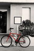 Rower przed znakiem — Zdjęcie stockowe