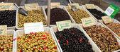 Olives fraîches sur le marché en plein air — Photo