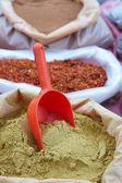 Kuru toz biber ve köri tozu market poşetleri — Stok fotoğraf