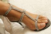 Close-up van bruids schoenen met kristal ketting — Stockfoto