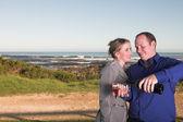 Couple d'adultes jeunes amoureux boire du vin — Photo