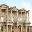 The remains and statues of the enormous Library of Celsus in the city of Ephesus in modern day Turkey — Stockfoto