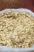 Torebki suchych nasion dyni z rynku — Zdjęcie stockowe