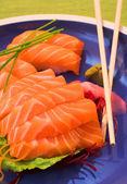 Strisce fresche di nigiri salmone norvegese di sashimi e riso — Foto Stock