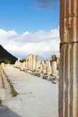 Pillars and collumns next to the main road in the old ruins of the city of Ephesus in modern day Turkey — Photo