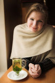 Mujer rubia con té de menta caliente — Foto de Stock