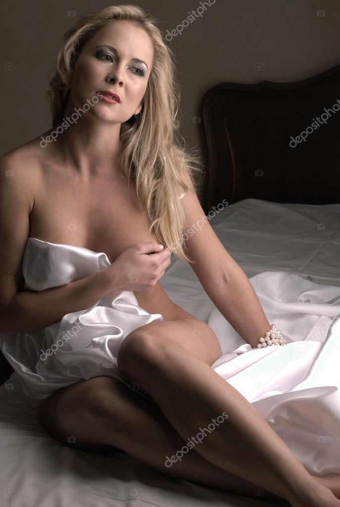 Чувственная блондинка в кровати голая