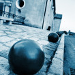 Iron balls and building in the background in Antibes, France. - Foto Stock