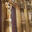 The wooden doors and statues of Cathedrale Sainte Sauveur in Aix-en-Provence, France - 图库照片