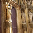 The wooden doors and statues of Cathedrale Sainte Sauveur in Aix-en-Provence, France - Foto Stock
