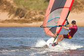 Snabbt rörliga vindsurfare på vattnet vid keurbooms lagunen, sydafrika — Stockfoto
