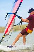 Schnell bewegliche windsurfer auf dem wasser an keurbooms lagune, südafrika. — Stockfoto