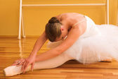 Ballerina in studio, classic ballet pose — Stock Photo