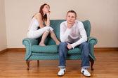 Vrouw en vriend zittend op de bank — Stockfoto