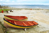 Two red and yeallow derelict boats on Hermanus Harbour, South Africa — Stock Photo