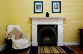 Innere wohnzimmer mit parkettboden und kamin — Stockfoto
