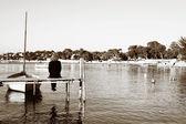 Antibes, fransa bir iskele üzerinde oturan bir kişi — Stok fotoğraf