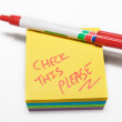 Red fiber tipped pen and sticky pad note — Stockfoto