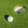A golf ball on a green — 图库照片