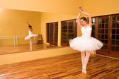 Ballerina in studio, classic ballet pose — Stock Photo