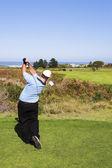 En golfare att spela golf utomhus i landskapet — Stockfoto