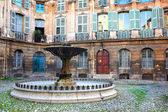 Courtyard with a fountain in Aix-en-Provence, France. — Stock Photo