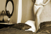 Femme en termes de sous-vêtements sur un lit. — Photo