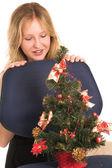 Femme d'affaire blonde, regardant vers le bas l'arbre de noël — Photo