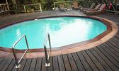 外部的游泳池在一个小屋在 sudwana,南非. — 图库照片