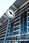 All'esterno il tgv e ice stazione ferroviaria con un orologio in aix en provence, francia. — Foto Stock